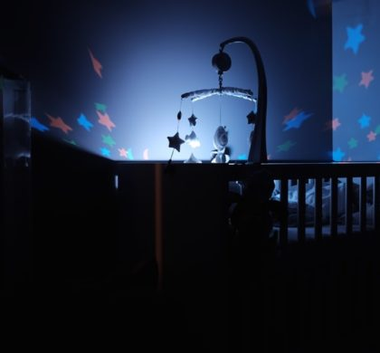 Lighting for the baby to sleep: bright or dim